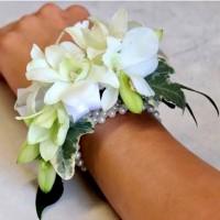 vogue-in-a-vase-white-wrist-spray